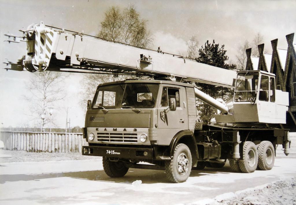 Первый опытный кран КС-4572 грузоподъемностью 16 т, на шасси КАМАЗ-53213, изготовленный на Ивановском заводе автомобильных кранов